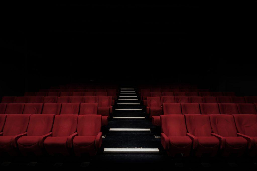 Tyhjä elokuvasali odottamassa katsojia